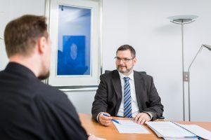 Steuerberater Stefan Buchholz im persönlichen Beratungsgespräch mit einem Mandanten.