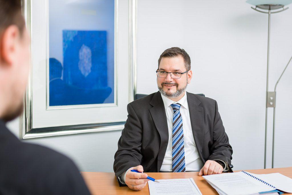 Steuerberater Stefan Buchholz im Beratungsgespräch mit einem Mandanten